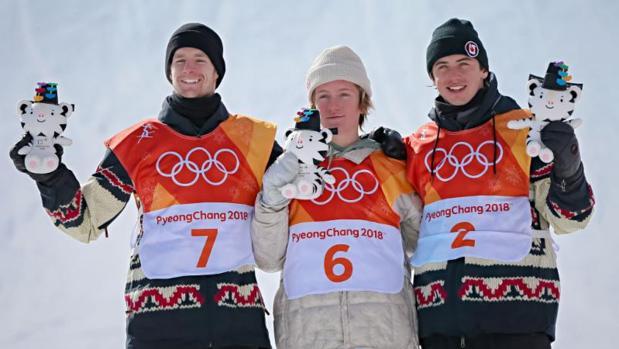 Red Gerard (centro) compitió en la modalidad de «slopestyle»