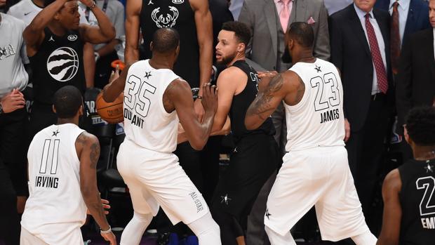 Curry, defendido por Durant y Lebron en la última jugada del partido