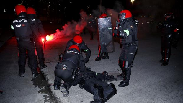 Disturbios en el Ath. Bilbao-Spartak de Moscú Policia-vasca-U10107873705NiF--620x349@abc-Home