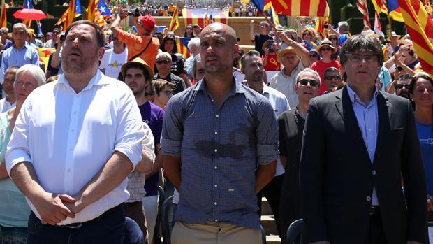 Pep Guardiola, junto a Puigdemont, en un acto en favor de la independencia