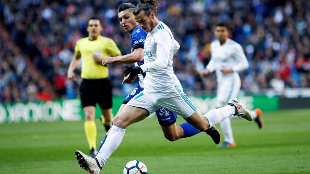 Gareth Bale pelea un balón durante el partido contra el Alavés