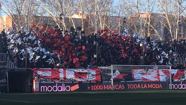 Uno de los fondos del estadio de Vallecas en el partido contra el Huesca