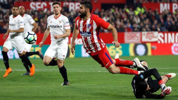 Sergio Rico derriba a Diego Costa