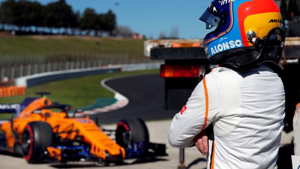 Alonso, de brazos cruzados ante el McLaren