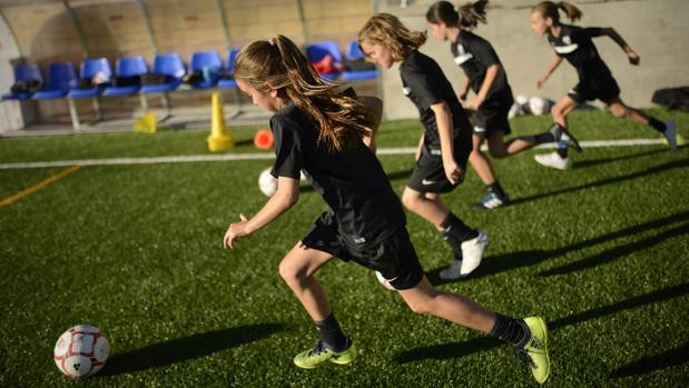 52a9e855197c2 Padres y madres van orgullosos a ver jugar a sus hijas al fútbol»