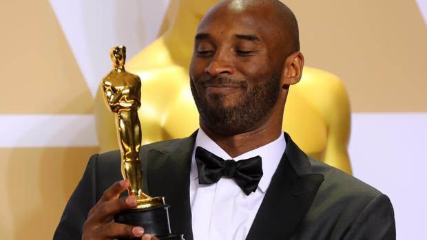 Kobe Bryant posa con el Oscar que ganó en la ceremonia de 2018