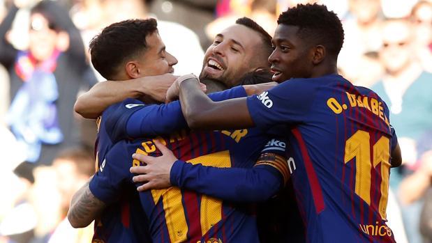 Coutinho, Jordi Alba y Dembélé felicitan a Paco Alcácer tras el gol