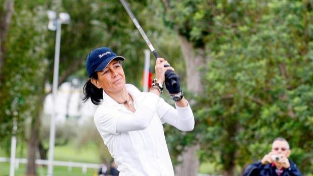 Ana Botín , jugando un partido de golf, una de sus aficiones favoritas