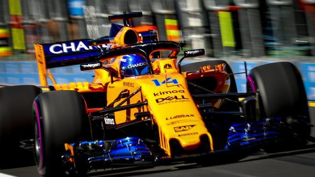 El piloto español Fernando Alonso de McLaren en acción