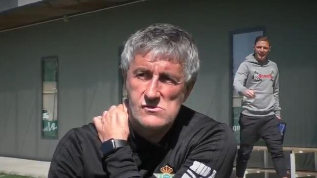 Quique Setién y Joaquín durante la entrevista al entrenador verdiblanco