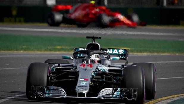El Mercedes de Hamilton rueda por delante de un Ferrari