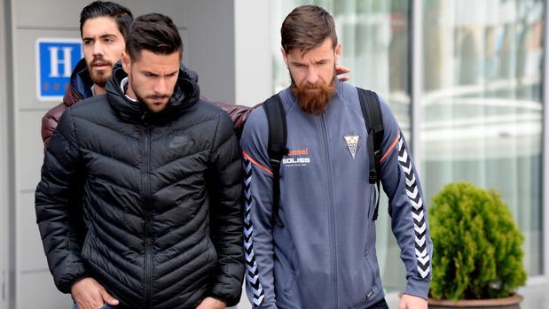 Jugadores del Albacete saliendo del hotel ABBA de Huesca
