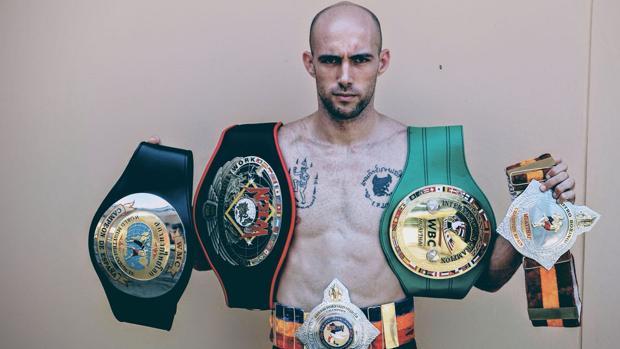 Carlos Coello posa con algunos de sus cinturones. Entre ellos, el Internacional WBC