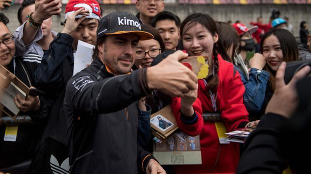 Fernando Alonso, con aficionados chinos