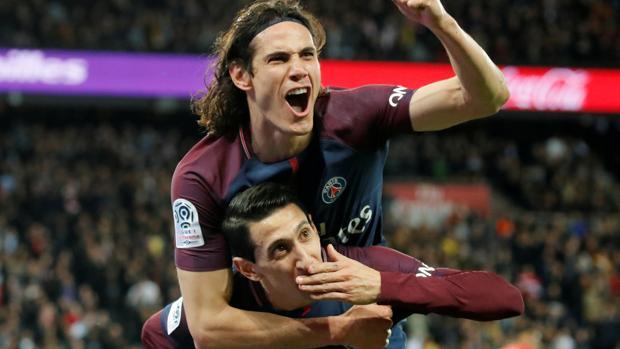 Di María y Edinson Cavani celebran uno de los goles frente al Mónaco