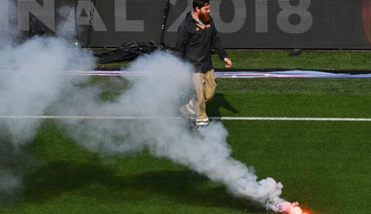 Arrojan una bengala desde el exterior del estadio