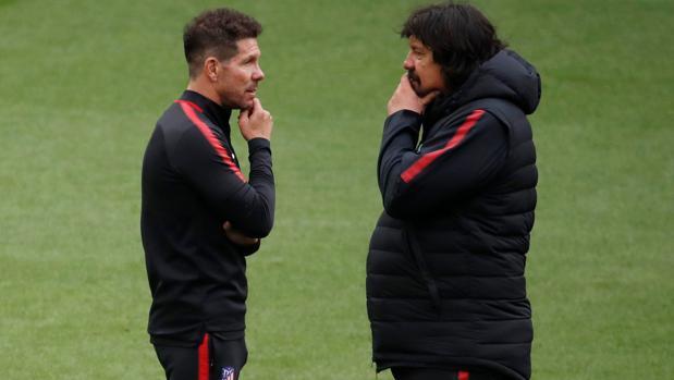 Simeone y Germán Burgos, en el entrenamiento del Atlético de este martes en Lyon