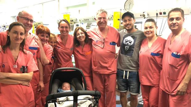 David Silva posa con los médicos del hospital
