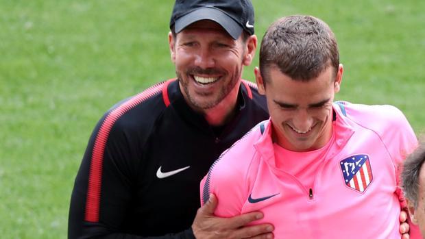 El técnico rojiblanco Simeone sujeta al delantero francés Griezmann durante un entrenamiento