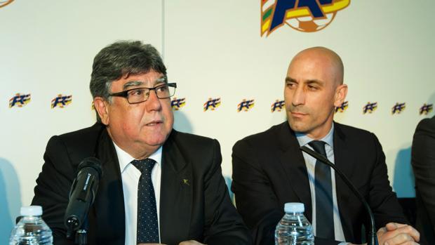 El nuevo presidente de la Federación Española de Fútbol, Luis Rubiales (d), y el nuevo director del área de Formación de la Federación Española, Jacinto Alonso