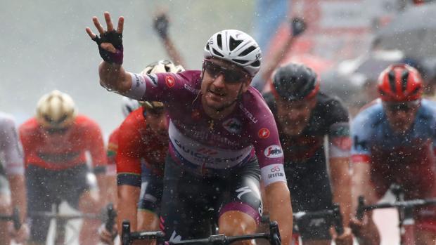 Elia Viviani celebra con la mano su cuarto triunfo de etapa