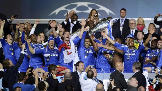 Los jugadores del Chelsea levantan el trofeo de la Champions League en Múnich