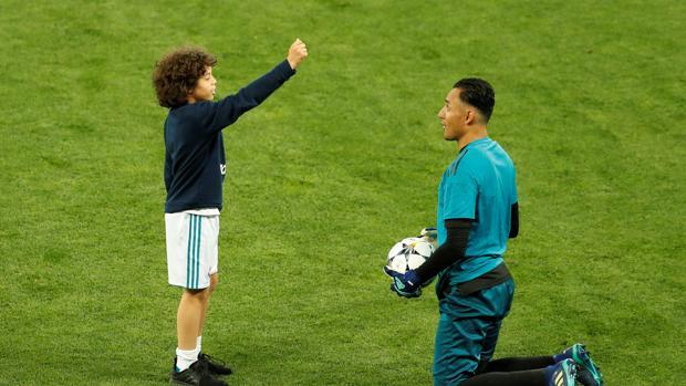 Marcelo simula una amonestación al guardameta del Real Madrid