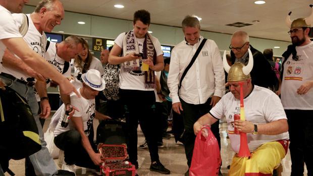 Aficionados del Real Madrid antes de embarcar hacia Kiev
