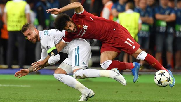 Ramos y Salah, en la jugada de la lesión del egipcio