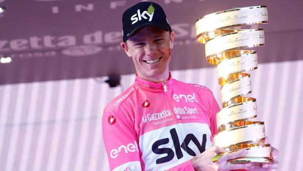 Froome, con el trofeo de vencedor del Giro