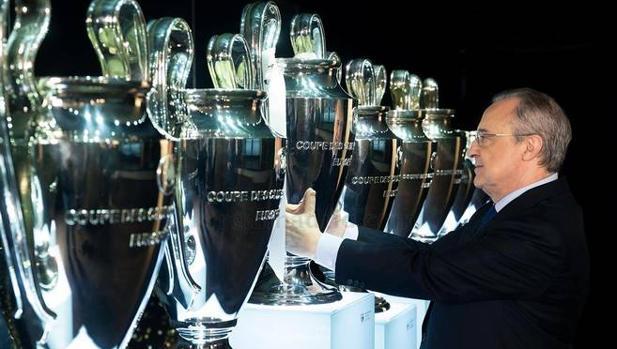 Real Madrid  Así de bonita luce la vitrina con la Decimotercera ... 620a6ea1fab00
