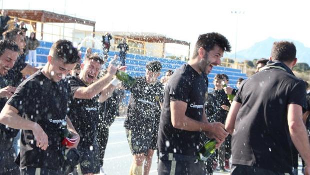 Los jugadores del Intercity Sant Joan celebran el ascenso