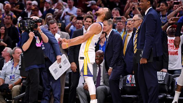 Stephen Curry celebra durante los últimos instantes del último partido de las finales