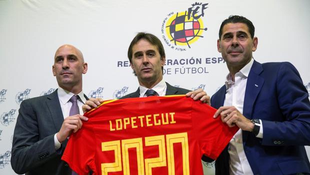 Lopetegui, Luis Rubiales y Fernando Hierro en el acto de renovación del seleccionador