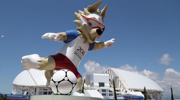Figura de la mascota del Mundial de Rusia 2018 frente a una de las sedes