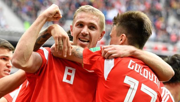 Gazinski, felicitado por sus compañeros de la selección rusa tras marcar el primer gol del Mundial 2018