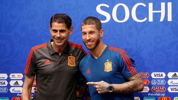 Sergio Ramos señala a Fernando Hierro antes de la rueda de prensa en Sochi