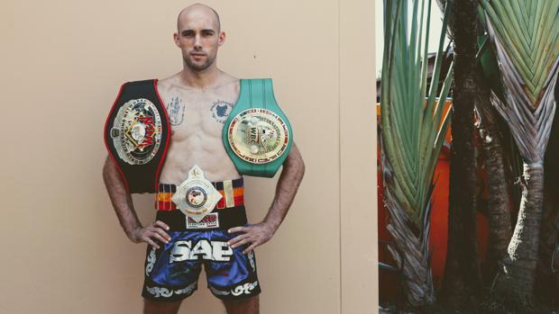 El luchador de muay thai gaditano Carlos Coello posa con dos cinturones