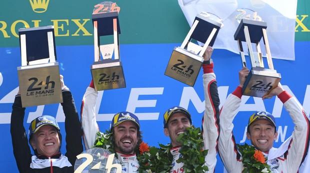 Alonso levantando el título de la 86 edición de las 24 horas de Le Mans junto a sus compañeros