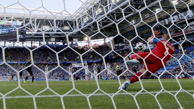 Hannes Halldorsson deteniendo un penalti a Leo Messi en Rusia 2018