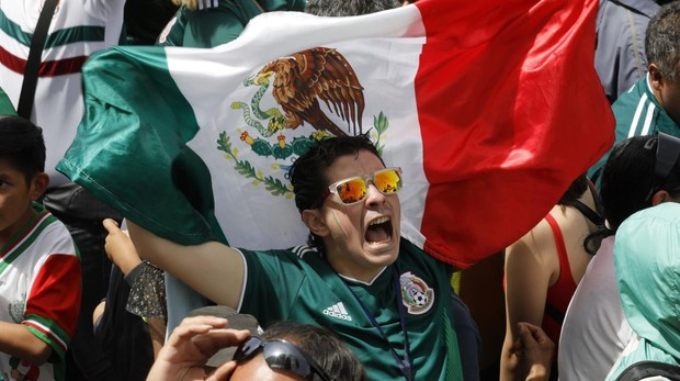 Aficionado mexicano celebra la vitoria de su equipo ante Alemania
