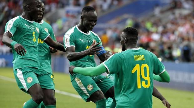 Jugadores de Senegal celebran uno de los goles ante Polonia