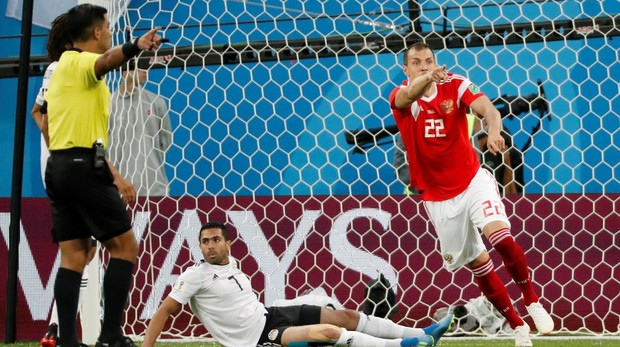 El delantero ruso, Dzyuba, celebra su gol ante Egipto