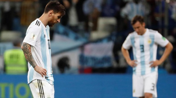 Messi y Tagliafico, durante el partido contra Croacia