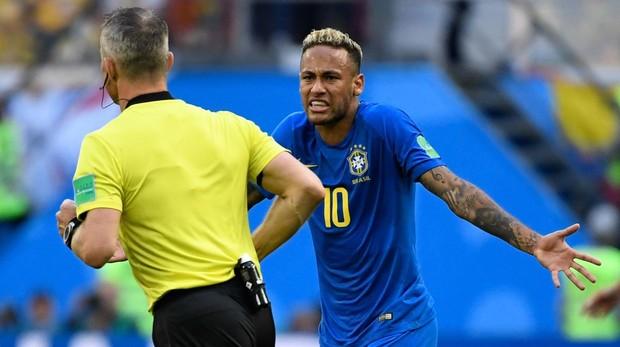 Neymar protesta al árbitro Kuipers el penalti anulado por el VAR