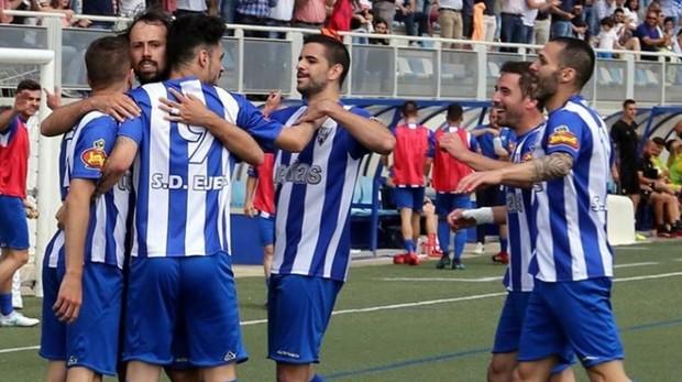 Los jugadores de la SD Ejea celebran un gol