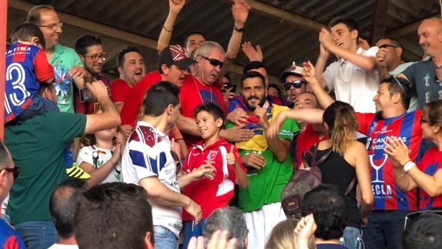Dani Güiza, felicitado por la afición del Yeclano tras lograr el ascenso con el Atlético Sanluqueño