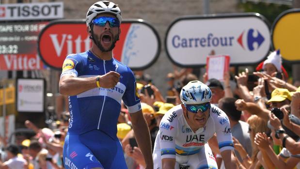 Fernando Gaviria celebra su victoria en la primera etapa del Tour 2018