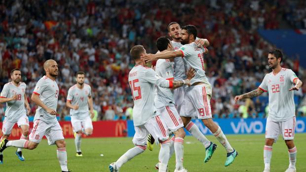 España celebra uno de los goles contra Portugal en el Mundial