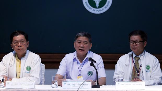 Miembros de la sanidad de Tailandia compaercen en rueda de prensa